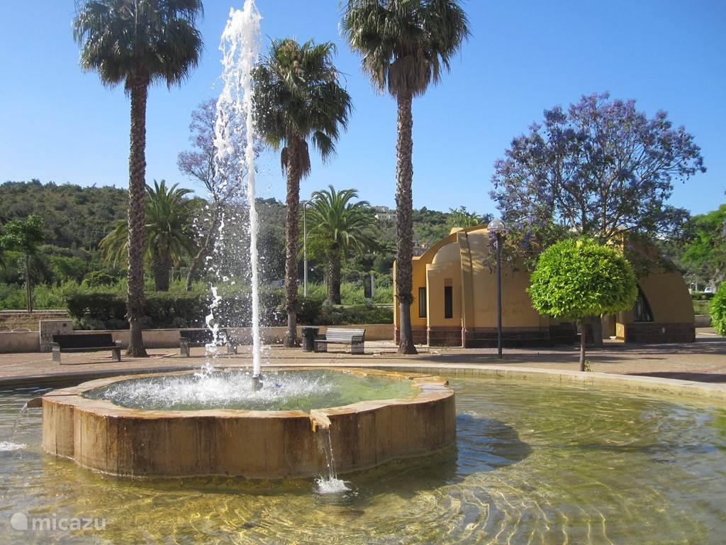 Eén van de mooie pleinen in Silves met achter de fontein een op de moorse bouwkunst geïnspireerd gebouwtje, dat tijdens het middeleeuws festival in augustus ('Feira Medieval') wordt gebruikt.