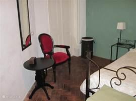 Een hoek van de slaapkamer met de deuren naar de badkamer en suite.