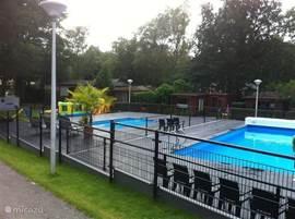 Zwembad en peuterbad, centraal op het park en op 40 meter afstand van ons chalet.
