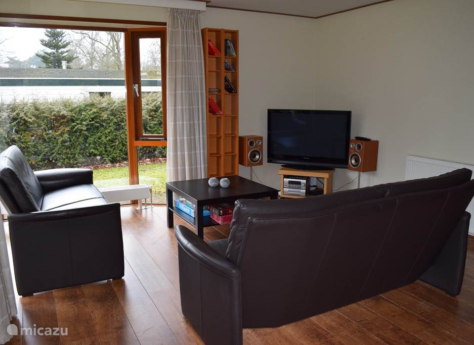De woonkamer met zithoek. In 2016 werd een nieuwe grote televisie gekocht.