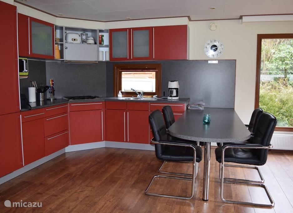 Open keuken met veel bewegingsruimte en extra brede deuren naar de slaapkamers.