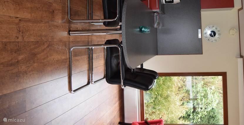 Vaste eettafel die gemakkelijk te gebruiken is door rolstoelgebruikers. In 2017 werden de vrij harde eetkamerstoelen vervangen voor comfortabeler stoelen.
