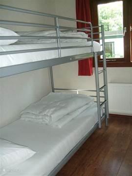 Kleine slaapkamer met stapelbed. Matrassen zijn voorzien van anti-allergische matras-hoezen die in ieder geval om de 6 weken worden gewassen.