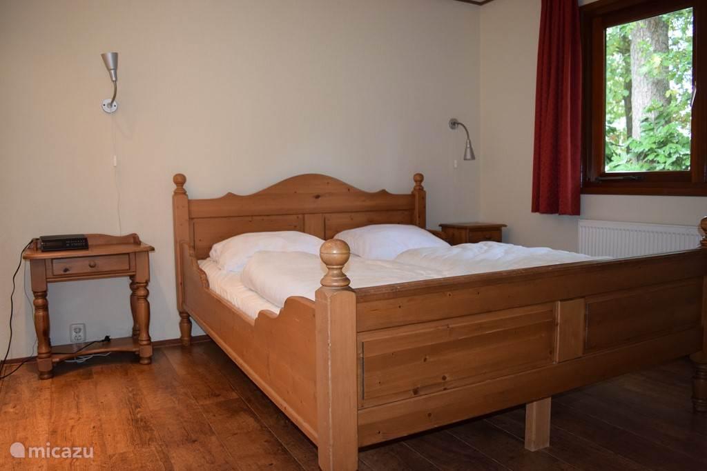 Grote slaapkamer met tweepersoonsbed. Bed is voorzien  van twee eenpersoonsmatrassen. Ook deze matrassen zijn voorzien van anti-allergische hoezen die om de 6 weken worden gewassen.