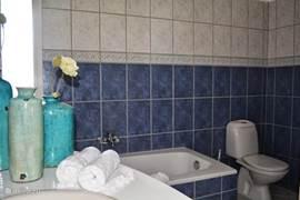 Ruime en comfortabele badkamer met ligbad!