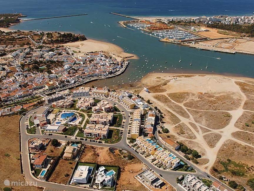 Overzicht Ferragudo: gezellig centrum met restaurants en winkeltjes. Rustig, breed strand op 15 minuten lopen.