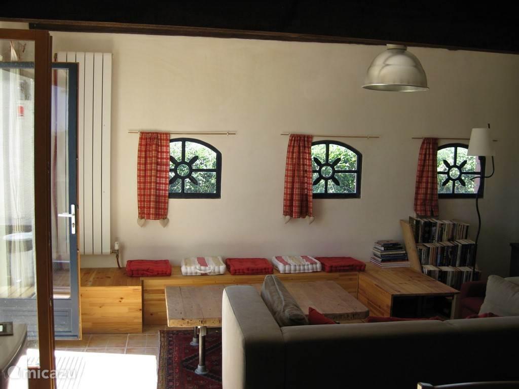 De gezellige kamer met houtkachel.