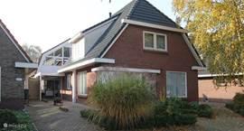 Vakantiewoning Afterdaan is gelegen aan de Carstensdijk in Elim. Voor de deur bevindt zich een bushalte met verbinding naar Coevorden en/of Hoogeveen.