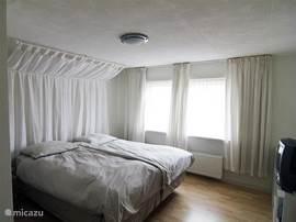Slaapkamer twee is op de verdieping aan de voorkant gelegen. Twee open kasten, tv.