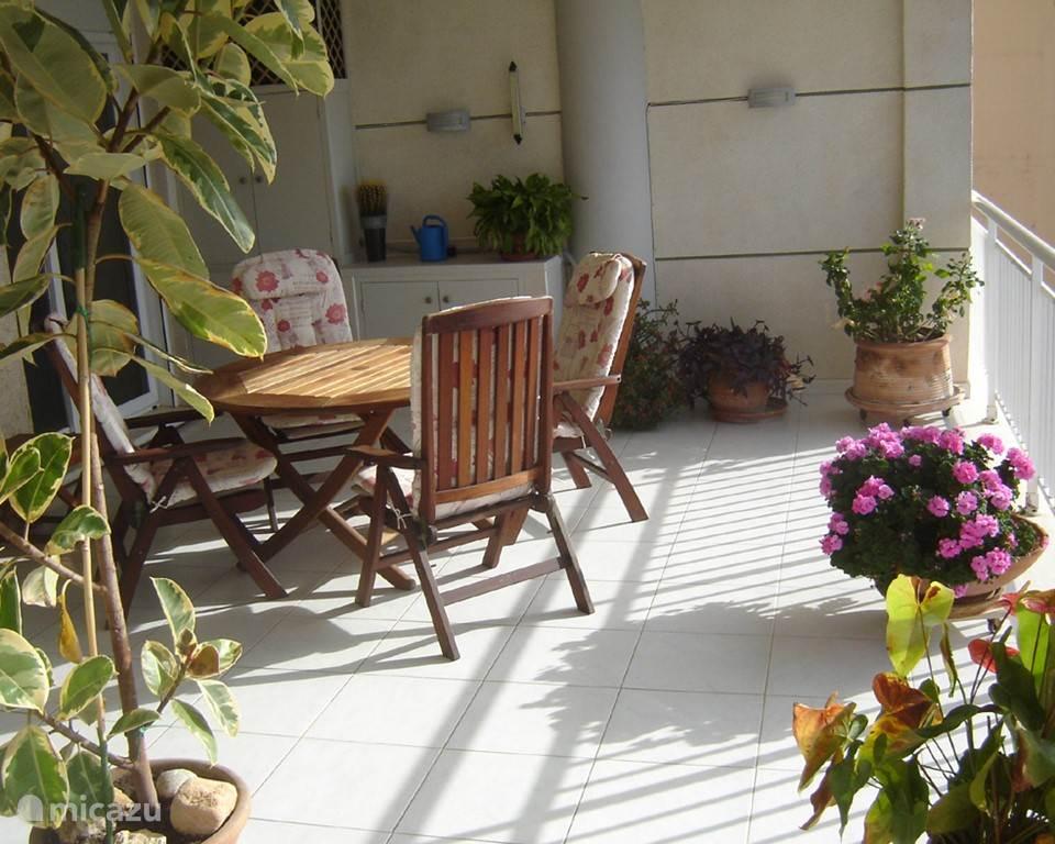 Het andere gedeelte van ons ruime terras zeer geschikt voor het nuttigen van een hapje en een drankje.