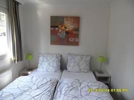 De grote slaapkamer heeft twee eenpersoonsbedden naast elkaar van ieder 80x200 cm. Het bedlinnen kunt u huren bij de receptie (verplicht)