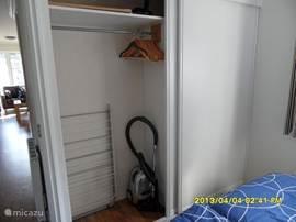 In de grote slaapkamer is een grote schuifdeurkast met een hang- en een leggedeelte.