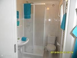 De douche is ruim en licht. Voorzien van douche, wastafel, toilet en verwarming. Het raam is open te zetten.