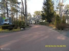 Blik op de oprit van het park met de receptie van het park.