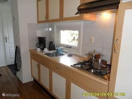 De open keuken is ruim voldoende voor 4 personen en voorzien van combimagnetron, koffiezet apparaat, vaatwasser, gastoestel en afzuiger. Er is voor vier personen serviesgoed.