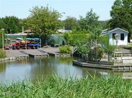 Bij de ingang van het park kan je kajak's huren, er is heel veel mooi en rustig vaarwater om het park heen.