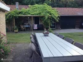 Terras westzijde met tafel om buiten te eten