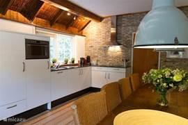 Keukenblok en eettafel in de eetkeuken