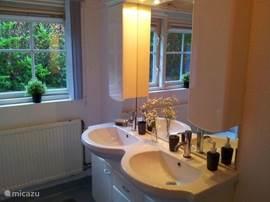 Badkamer met dubbele wastafel