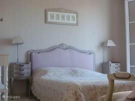 Slaapkamer met terras (zicht op Grimaud)
