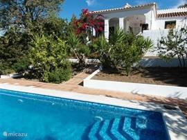 Uw ideale vakantiehuis aan de Costa del Sol! Heerlijk rustige omgeving en toch centraal gelegen boven op een heuvel op 4 autominuten van de snelweg.