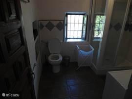 Badkamer 1- alle badkamers zijn voorzien van een eigen warmwater boiler. Deze badkamer heeft een douche.