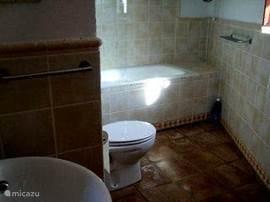Badkamer 2 - alle badkamers zijn voorzien van een eigen warmwater boiler. Deze badkamer beschikt over een ligbad.