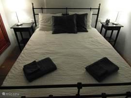 Slaapkamer 1 en 2 - delen samen badkamer 1. Beide slaapkamers zijn voorzien van airconditioning.