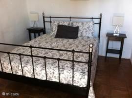 Master-bedroom met ensuite badkamer en airconditioning.