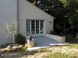 L'Atelier ligt in het groen en heeft een leuk terras.