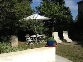 Op het terras kunt u gezellig buiten verblijven of uitrusten in de ligstoelen