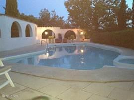 In het fraaie zwembad met aangebouwde jacuzzi is het goed toeven. Open van 9 - 19 uur.