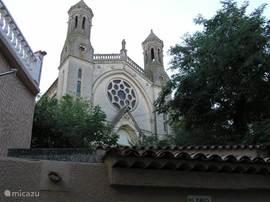 Het karakteristieke uiterlijk van de kerk in Rians.
