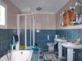 De badkamer van de slaapkamer op de 1e verdieping