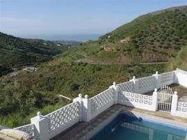 Vanaf de slaapkamer op de 1e verdieping uitzicht op het dal en het zwembad.