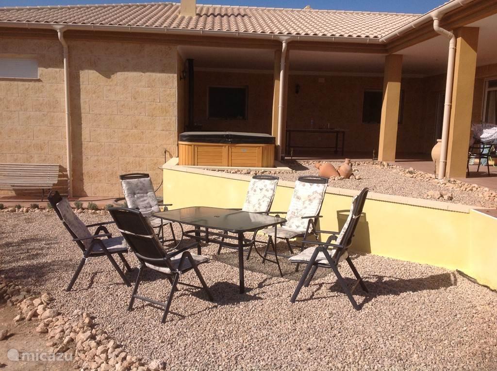 Als het niet te warm is kunt u hier op het 2 e terras van de zon en natuur genieten