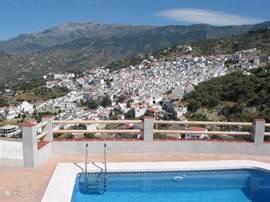 Het zonneterras van de casita biedt een prachtig zicht op Competa, de omliggende bergen van de Sierra Almijara en de Middellandse Zee in de verte.