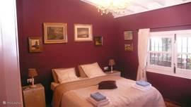 De dubbele slaapkamer met zicht op Competa.