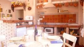 De keuken met zicht op Competa aan één kant en openslaande deuren naar het zonneterras aan de andere kant.