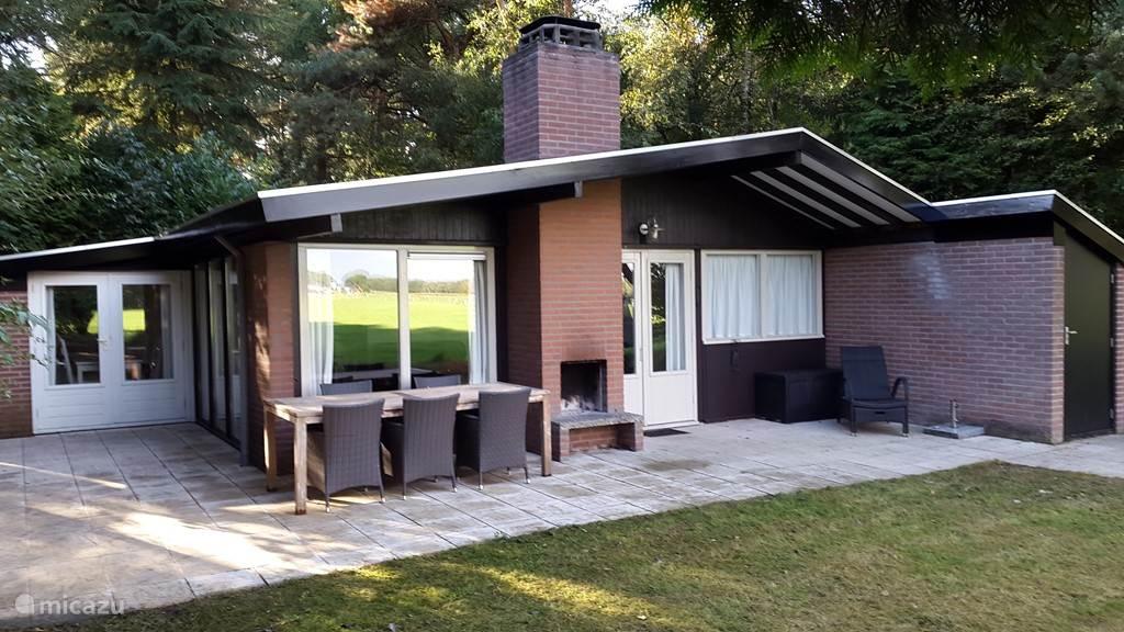 Achterzijde bungalow met buiten openhaard.