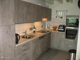 In februari 2014 hebben we de oude keuken vervangen door een nieuwe. Heerlijk weer van alle gemakken voorzien. Grote koelkast, over, magnetron, afwasmachine en broodbakmachine. Wakker worden met de geur van een vers gebakken broodje.
