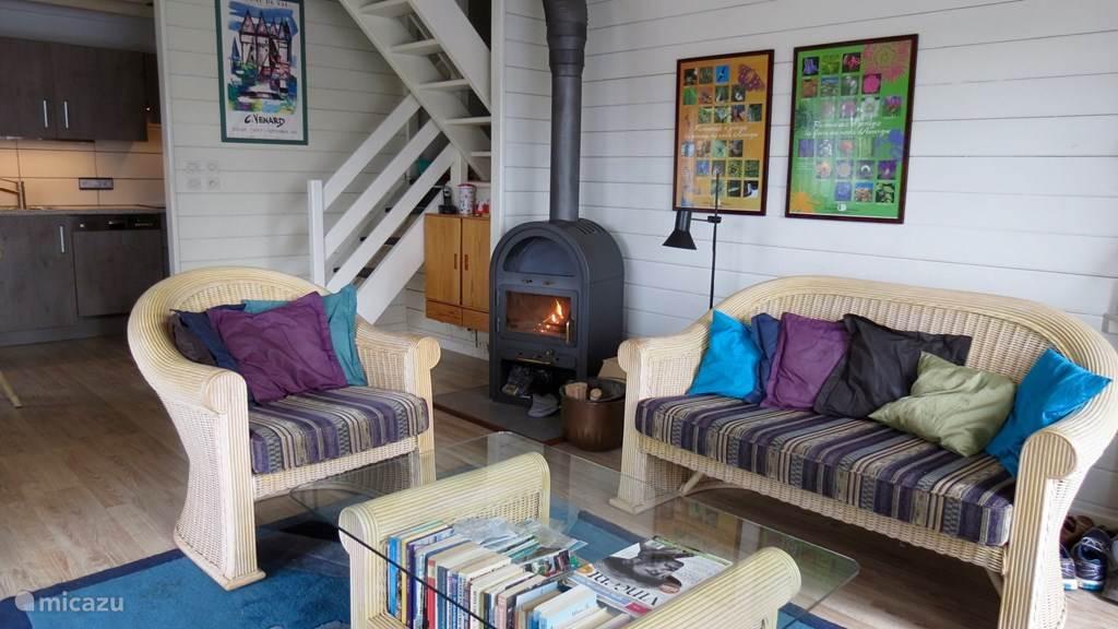 Er ligt volop open-haard-hout achter het huis, genieten van echte warmte, bij een koude avond.