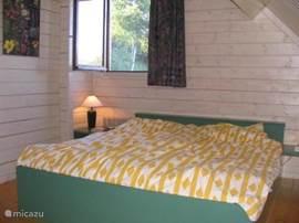 De grote slaapkamer (met extra wasbak) heeft een heerlijk groot bed en extra 7e 1-persoonsbed voor kinderen die ziek zijn of een gast die langs komt.. We hebben horren voor alle ramen in ons huis.