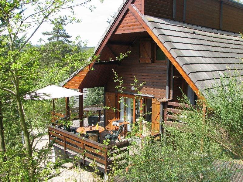 LAST MINUTE 1 - 15 sept € 590 p/w,  15 - 29 sept € 535 p/w, in okt € 490 p/w. Prachtige ruime vakantiewoning (6p) met grote terrassen vlakbij meer.
