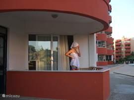 Balkon, Heerlijk om even een hapje te eten of gezellig wat te drinken . Veel passanten daar we vrij vooraan zitten en naast het zwembad dus aan aanspraak geen gebrek