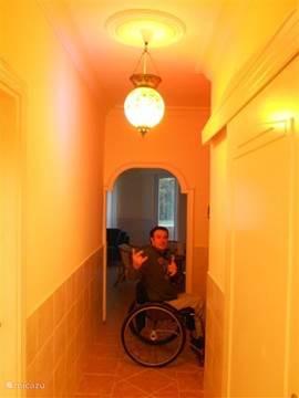 Tussen gang met schuifdeur naar de badkamer