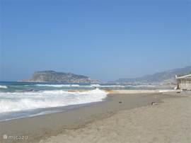 Nabijgelegen strand - Kan buiten het seizoen erg wild zijn - Tijdens het seizoen voorzien van ligbedden met parasols en een aktieve strandtent