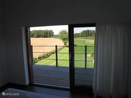 Slaapkamer 3 uitzicht naar balkon