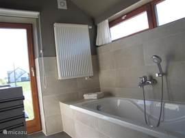 Badkamer 1 met bad, wastafel