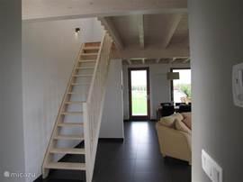 Hall, begin woonkamer, trap naar bovenverdieping